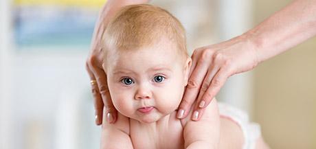 Apprendre à masser bébé avec des gestes simples